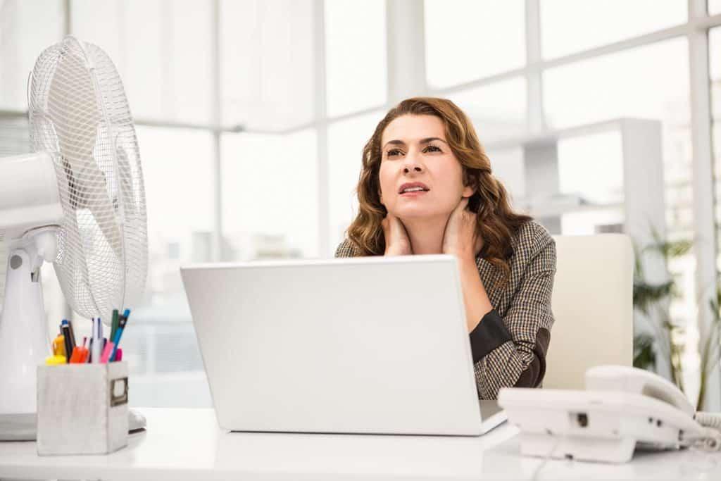 Kobieta przy biurku w upalny dzień