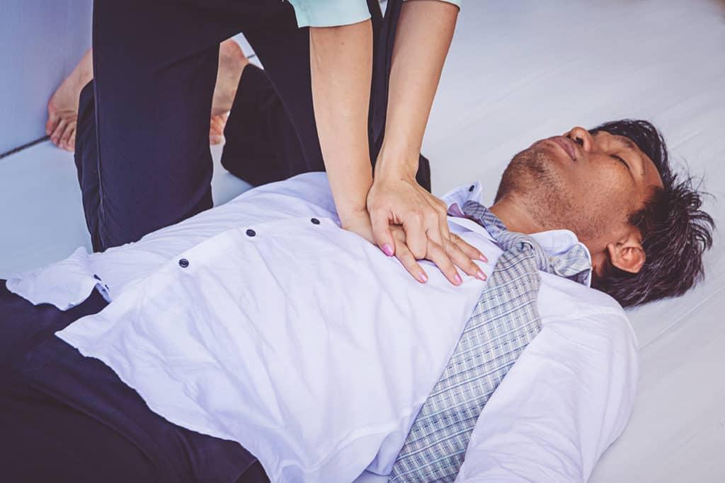 Udzielanie pierwszej pomocy mężczyźnie