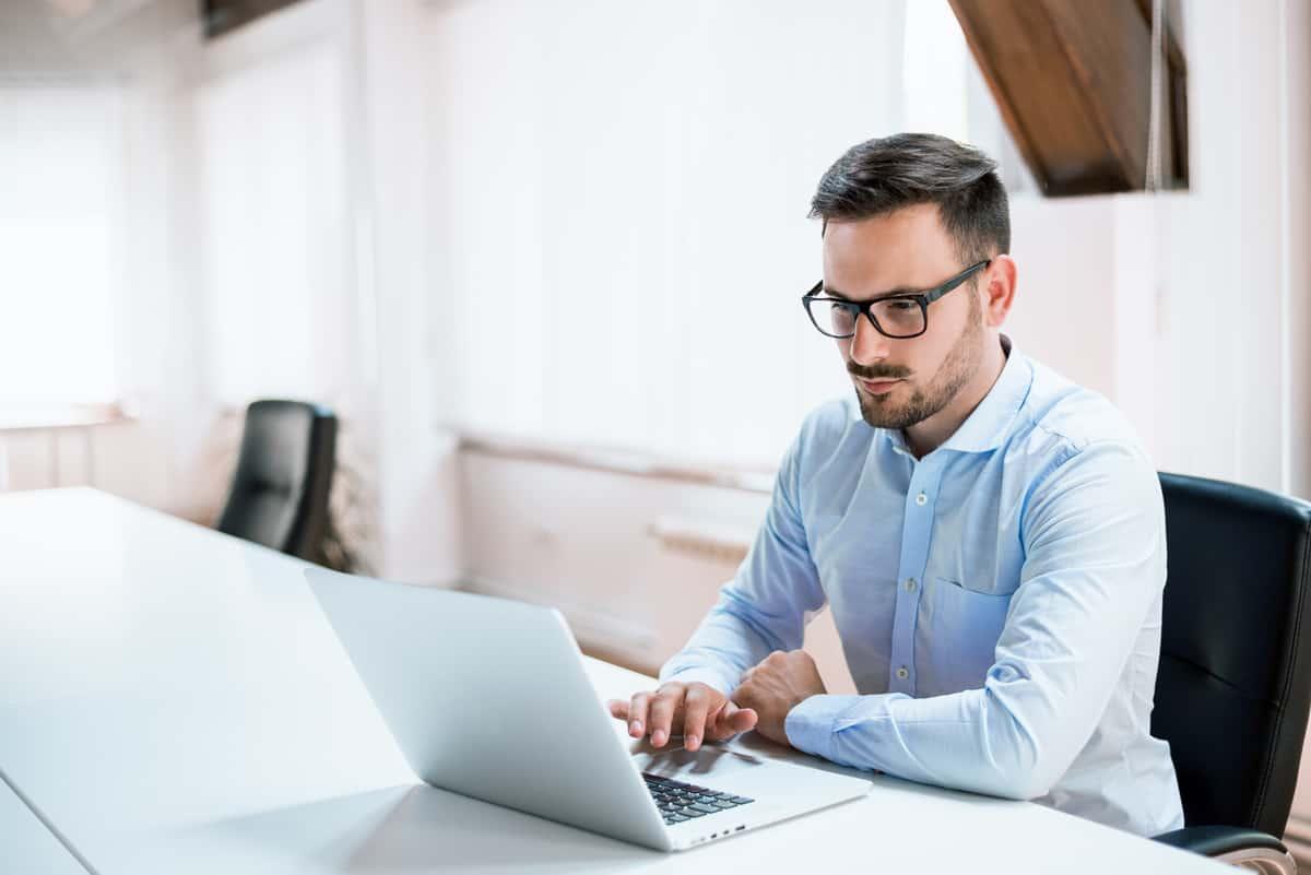 młody mężczyzna przed komputerem