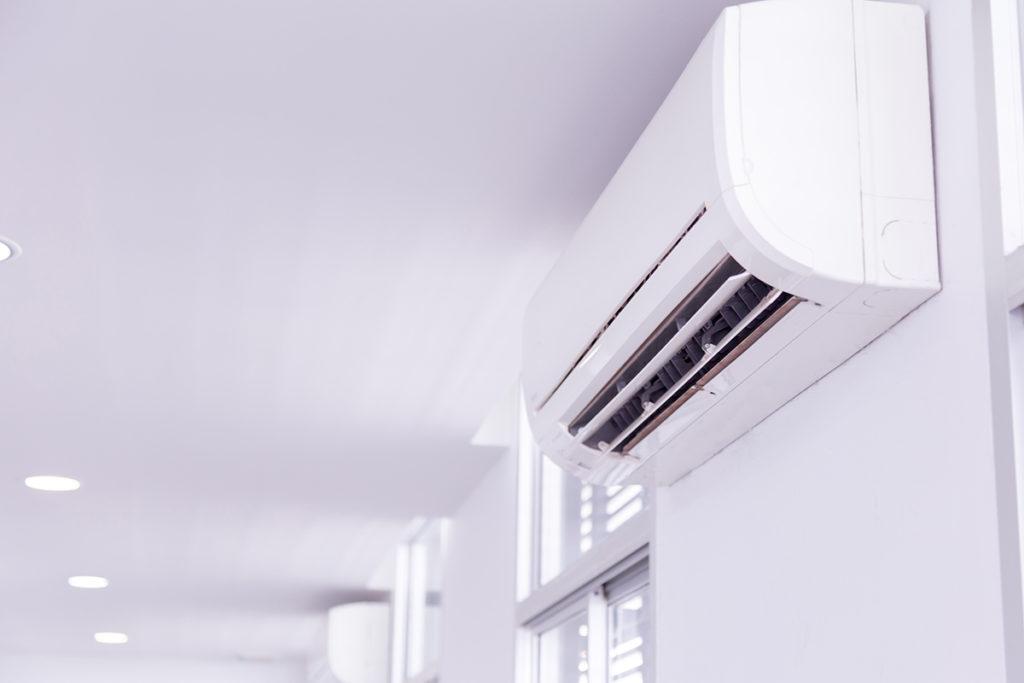 Czy stosowanie klimatyzacji np. na stołówce (mimo zmianowości grup pracowniczych), zwiększa ryzyko zakażeń COVID-19?