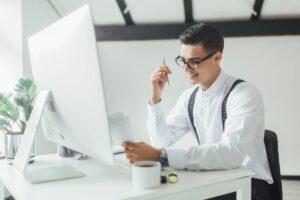 Praca na stanowisku z komputerem - ergonomia pracy biurowej